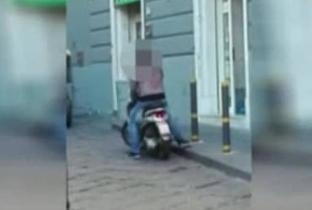Il falso cieco che guida lo scooter nei vicoli di Napoli è uno spettacolo