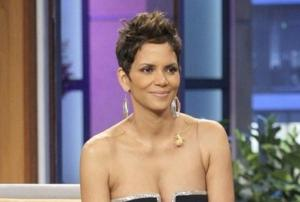 Halle Berry: 53 anni di splendore e un regalo molto sexy in foto per i fan sui social
