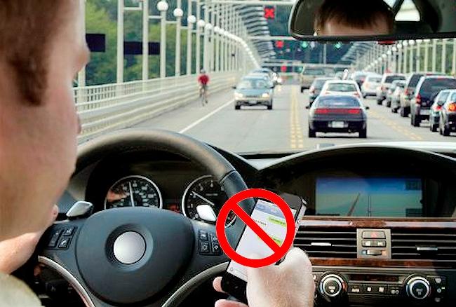 Come leggere notifiche e messaggi in automobile senza infrangere il Codice della Strada